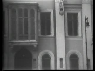 This short film shows the outside of the Kamerny Theatre, Tairov and the Stenberg Brothers (smoking), and several scene excerpts from The Hairy Ape, including the Fifth-Avenue fox-trotters, Yank's attempt to break the bars that enclose him, and the stokehole pantomime for which the production was so famous.