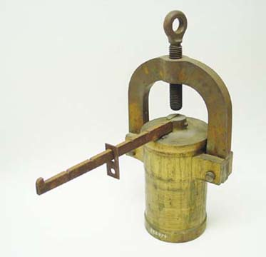 Pont and Macquer discussed the use of this pressure-cooking apparatus, invented by Denis Papin in the 1680s, to extract more color from cochineal.